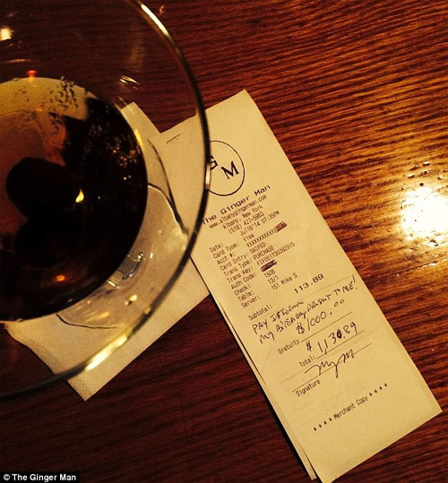 a-waiter-received-tip1