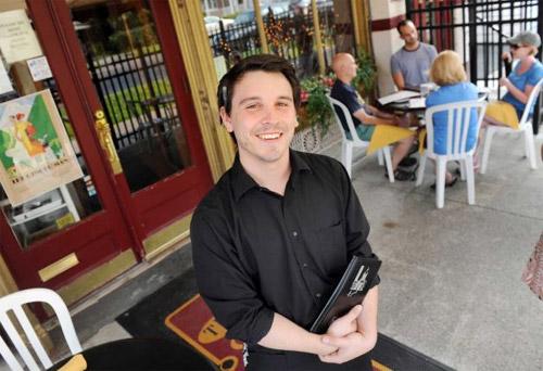 a-waiter-received-tip2