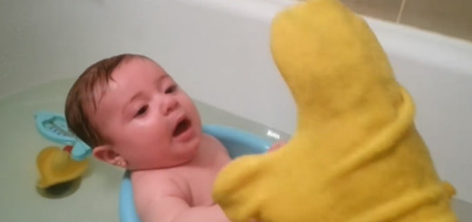 The Cute Baby Laughs When Taking Bath!